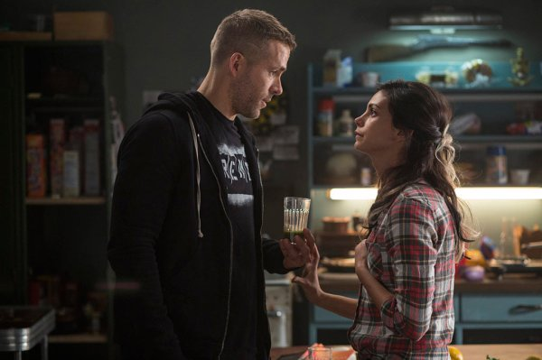 Altas químicas rolam entre Ryan Reynolds e Morena Baccarin em Deadpool (photo by cinemagia.ro)