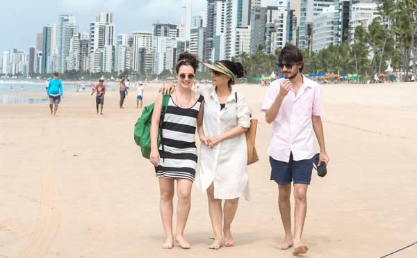 Da esquerda para a direita: os atores Julia Bernat, Sonia Braga e Pedro Queiroz em cena do longa Aquarius, de Kleber Mendonça Filho (photo by folha.com.br)
