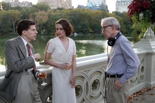 Jesse Eisenberg e Kristen Stewart recebem direções de Woody Allen em set de Café Society (photo by cine.gr)