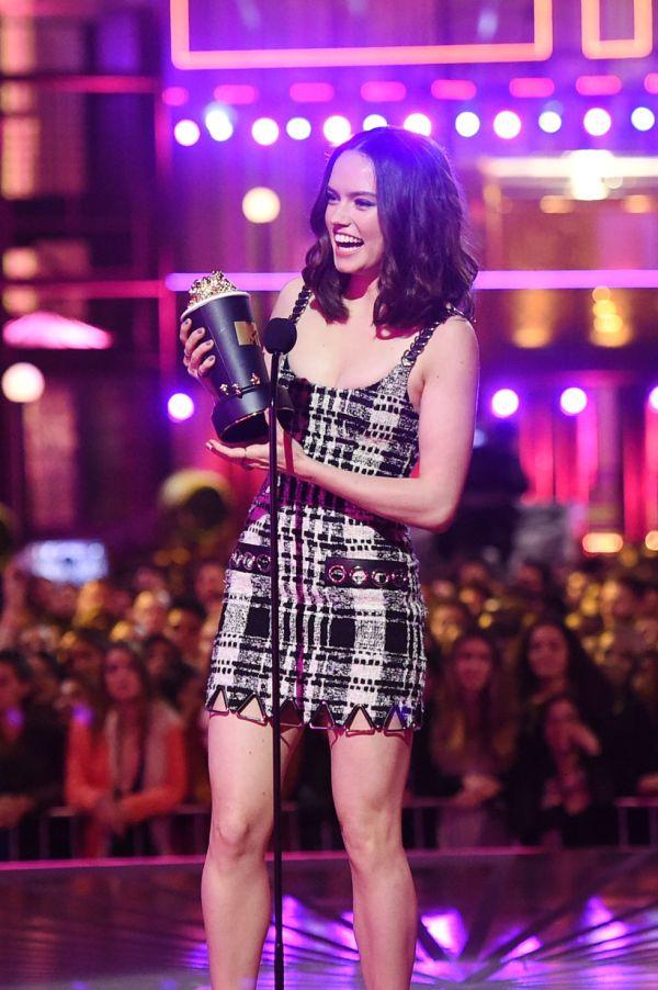 Daisy Ridley aceita o prêmio de Melhor Revelação pelo papel de Rey em Star Wars (photo by Getty Images)