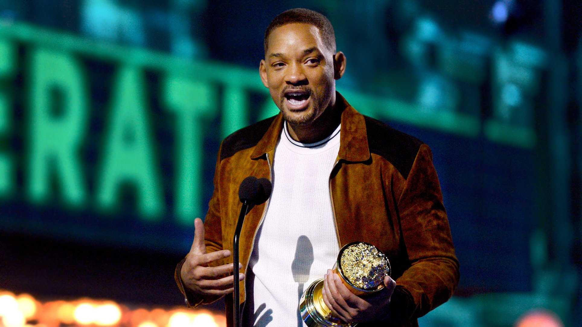 Will Smith e seu consolo pelo Oscar racista... (photo by youtube.com)