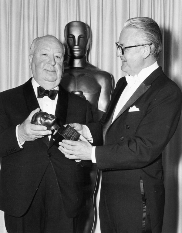 Alfred Hitchcock (à esq) posa com o prêmio Irving G. Thalberg ao lado de Robert Wise (photo by the.hitchcock.zone)
