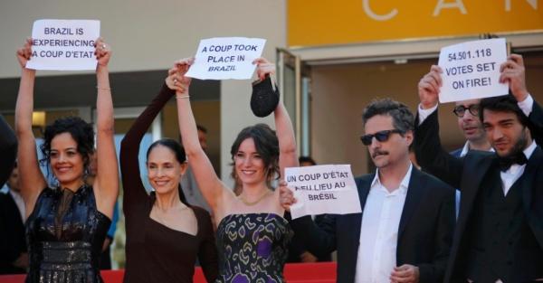 Equipe do filme Aquarius com cartazes contra o Impeachment (photo by cinema.uol.com.br)
