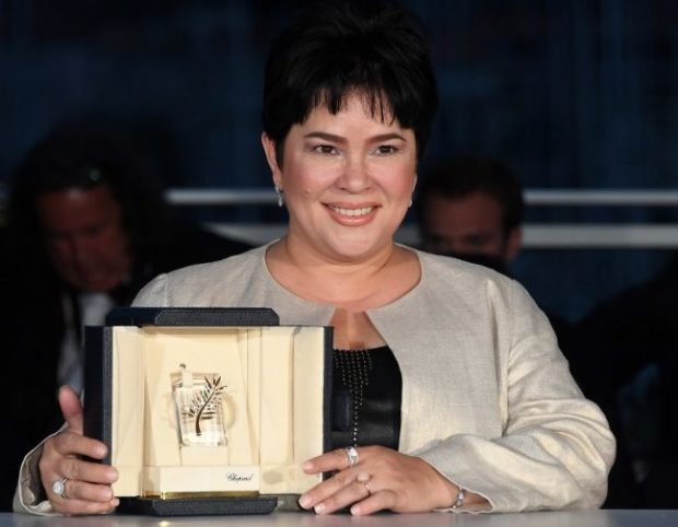 Jaclyn Jose posa com seu prêmio de Performance Feminina por Ma'Rosa (photo by preen.inquirer.net)