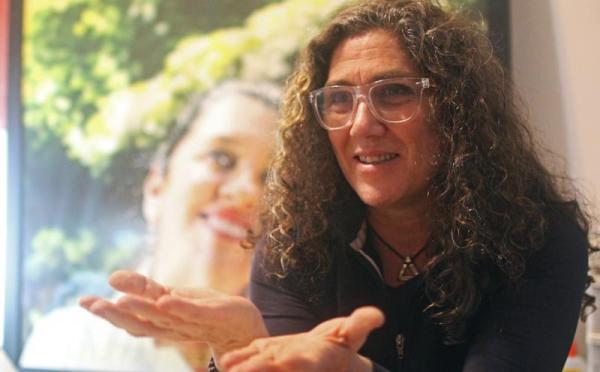 A diretora Anna Muylaert em frente ao cartaz de Que Horas Ela Volta? (photo by ocafezinho.com)