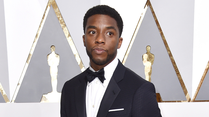 Chadwick Boseman, o Pantera Negra, no tapete vermelho do Oscar 2016. (photo by Rob Latour/REX/Shutterstock)