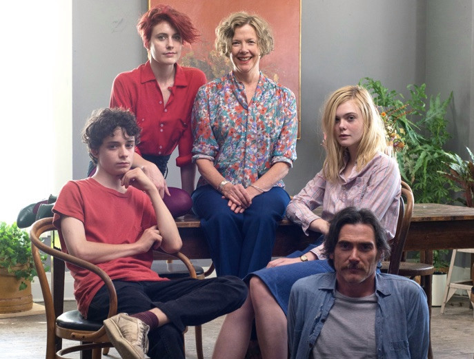 No topo, as atrizes Greta Gerwig e Annette Bening foram indicadas ao Independent Spirit Awards. Elas posam com Lucas Jade Zumann, Elle Fanning e Billy Crudup. (photo by cine.gr)