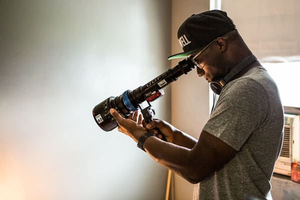 Barry Jenkins em set de Moonlight (photo by esquire.com)