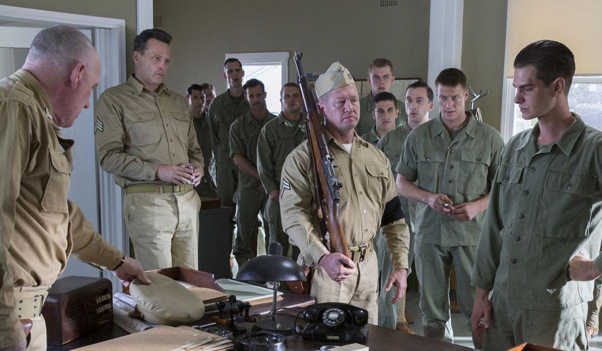 Cena de Até o Último Homem, dirigido por Mel Gibson. À direita, o protagonista Andrew Garfield, e à esquerda, Vince Vaughn (photo by cine.gr)