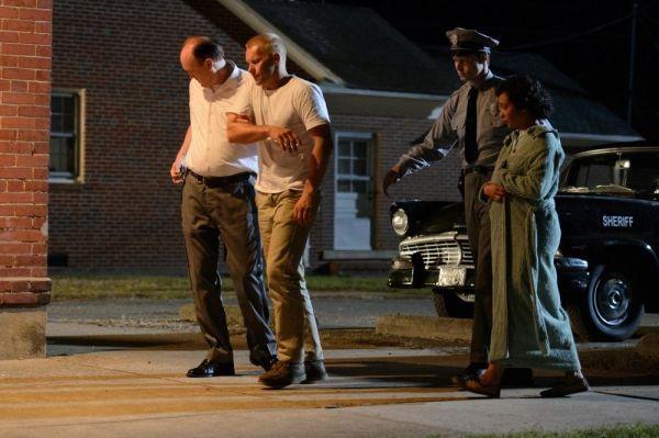 Quando o casamento interracial é caso de polícia em Loving: Joel Edgerton e Ruth Negga são coagidos por policiais (photo by cine.gr)
