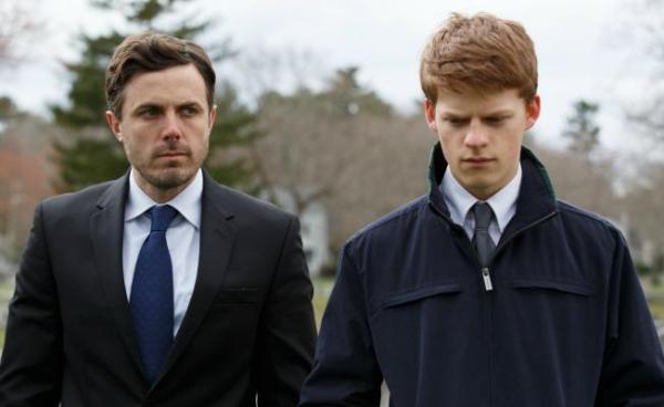 À direita, Lucas Hedges atua ao lado de Casey Affleck em Manchester à Beira-Mar (photo by shootlonline.com)
