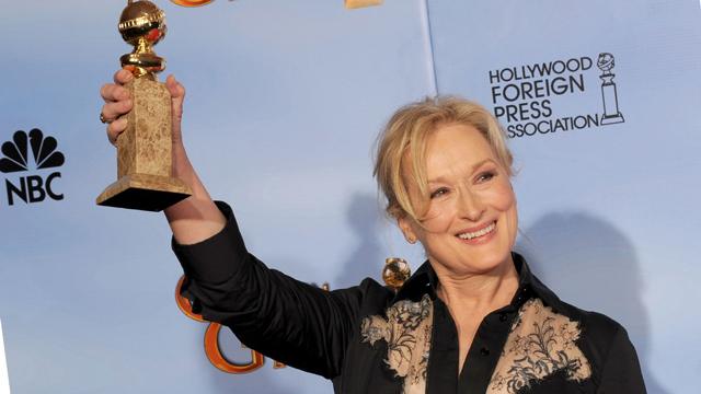 Meryl Streep com o Globo de Ouro por A Dama de Ferro (photo by etonline.com)