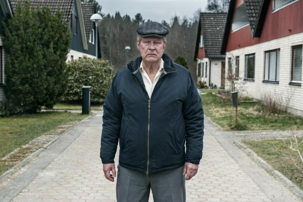 Rolfe Lassgard como Ove em Um Homem Chamado Ove, representante sueco. Pic by moviepilot.de