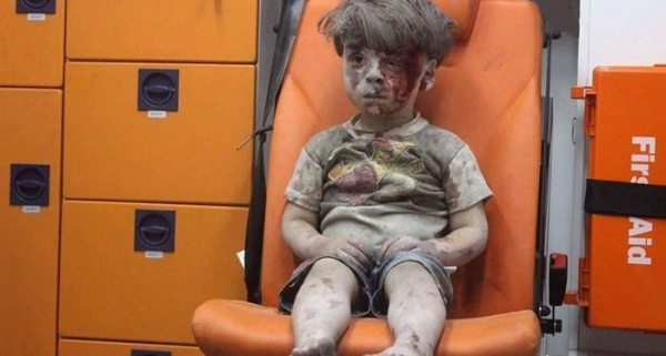 alleppo-boy-air-strike-syria-omran-daqneesh-siria-revista-momen-cadu-ferreira