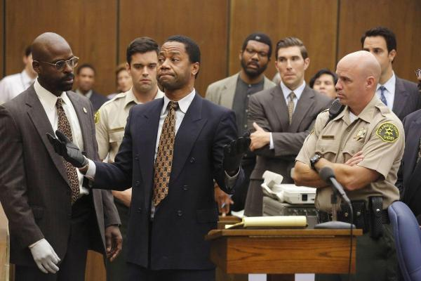 Cena de American Crime Story: The People v. O.J. Simpson, com Cuba Gooding Jr. ao centro como O.J. (pic by moviepilot.de)