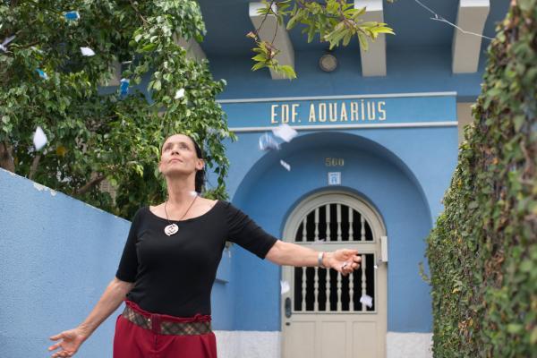 Sônia Braga em cena de Aquarius, preterido pela comissão brasileira para o Oscar. Pic by moviepilot.de