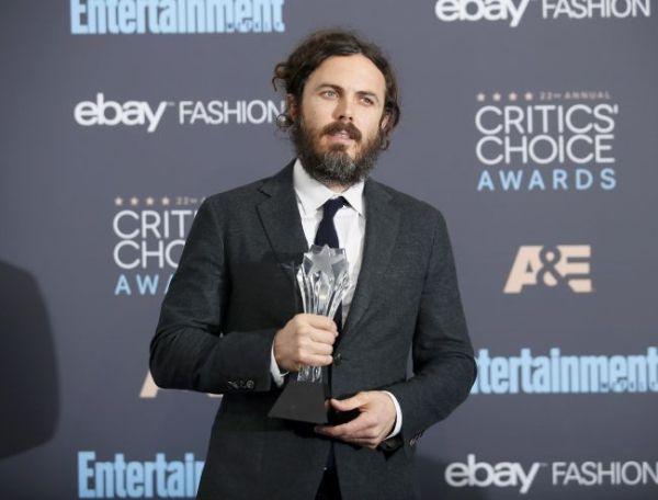 Com um visual Joaquin Phoenix-vou-me-aposentar, Casey Affleck posa com seu Critics' Choice (pic by REUTERS/Danny Moloshok)