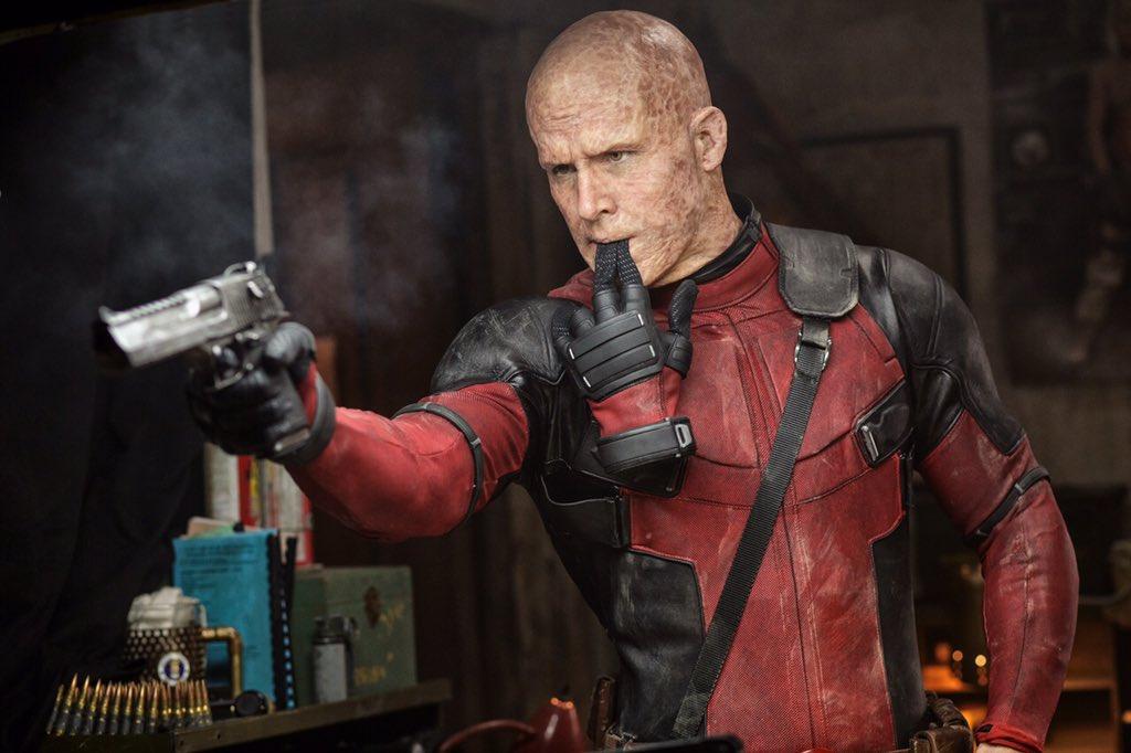Ryan Reynolds com as queimaduras no rosto de Deadpool. pic by cinemagia.ro