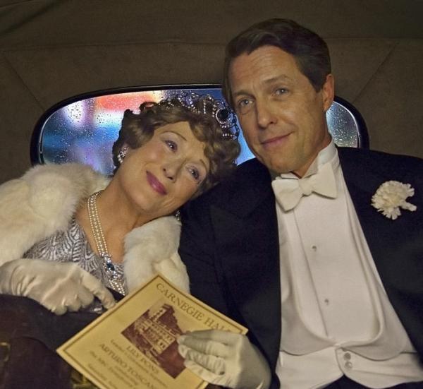 Meryl Streep e um envelhecido Hugh Grant em cena de Florence: Quem é Essa Mulher? (pic by moviepilot.de)