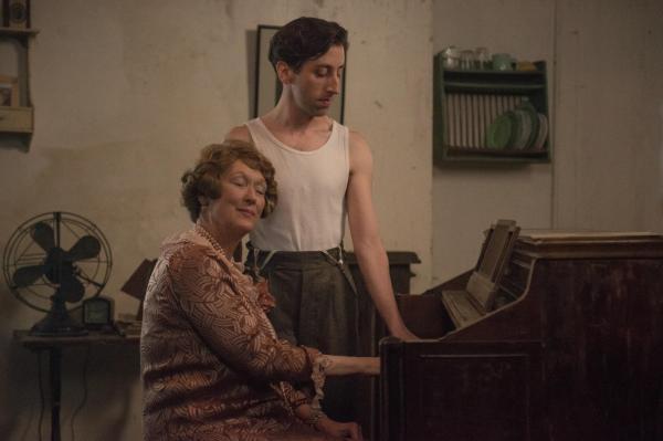 Ao lado de Meryl Streep, Simon Helberg atua como vocal coach de Florence Foster Jenkins. Pic by moviepilot.de