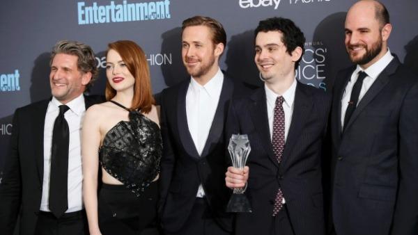 No centro, os atores Emma Stone e Ryan Gosling posam ao lado do diretor Damien Chazelle. O musical La La Land levou oito prêmios.
