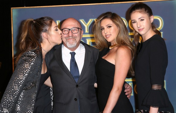 O presidente danadinho Lorenzo Soria entre as misses Golden Globe: Sophia, Sistine e Scarlet Stallone. Pic by thesun.co.uk
