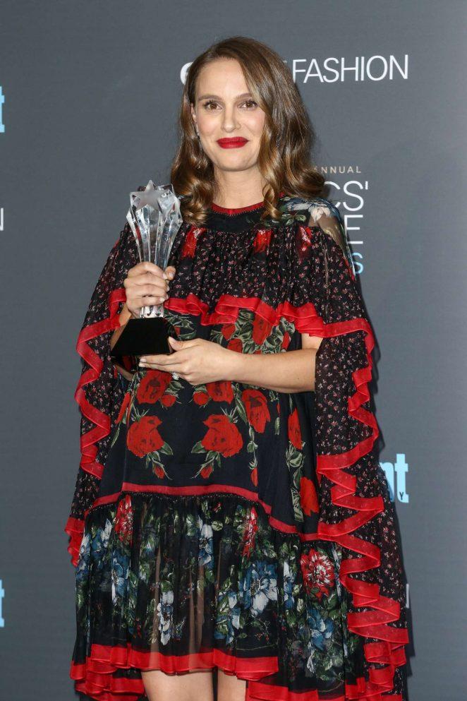 Grávida do segundo filho, Natalie Portman usa uma espécie de poncho estampado ao receber o Critics' Choice Awards (pic by gotceleb.com)