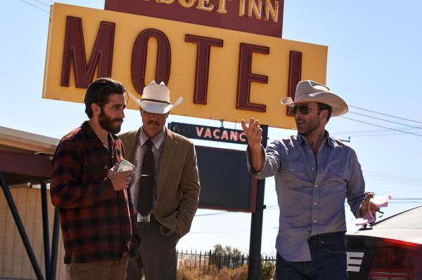 Sempre estiloso: o diretor Tom Ford (à direita) passa instruções para os atores Jake Gyllenhaal e Michael Shannon em set de Animais Noturnos. Pic by moviepilot.de