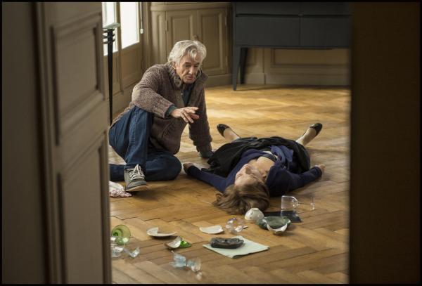 O diretor Paul Verhoeven dirige uma Isabelle Huppert estirada no chão no set de Elle. Pic by moviepilot.de
