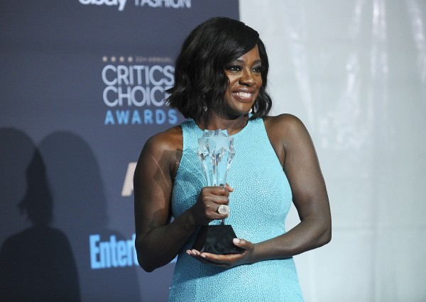 Viola Davis posa com seu Critics' Choice de Coadjuvante por Fences (pic by Global Grind)