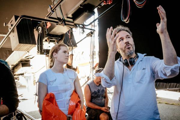O diretor Denis Villeneuve passa instruções para Amy Adams em set de A Chegada (pic by moviepilot.de)