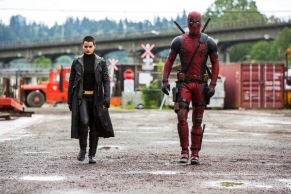 Brianna Hildebrand e Ryan Reynolds em cena de Deadpool (pic by moviepilot.de)