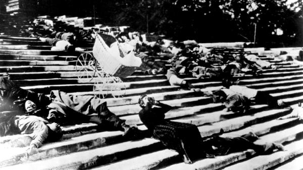 Cena da escadaria da obra máxima de Sergei M. Eisenstein, O Encouraçado Potemkin (pic by slantmagazine.com)